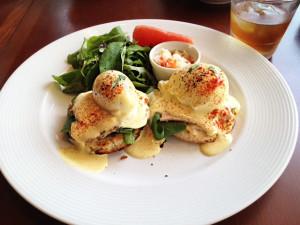 国産ハーブ鶏のブレストチキンハム・エッグベネディクト