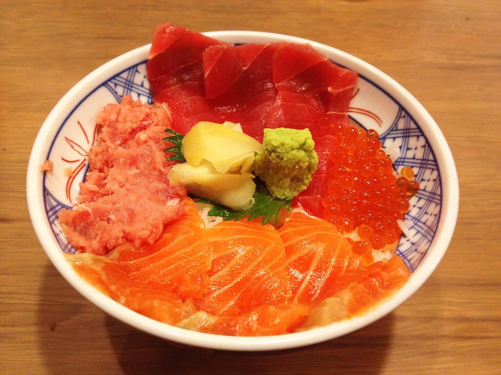 磯丸水産-まぐろとサーモンの4色丼