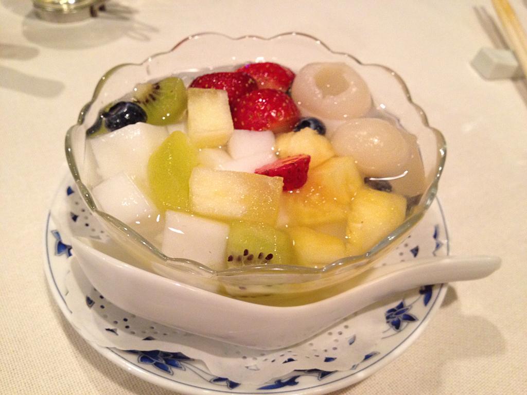 重慶飯店フルーツ杏仁豆腐